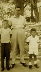 Nelson de Oliveira e seus filhos (Cogitao - cogito ergo sum) Tags: family famlia famiglia famille abuela abuelo av av ancestral ancestrale genealogia genealogy gente monocromtico antigo antique vellosodeoliveira burlamaque