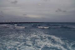 mar (betho itinerante) Tags: agua movimiento dia nubes cielo mar horizonte textura viento contraste olas muelle ritmo postes espuma color