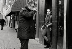 Coffee to go (Mr.White@66) Tags: amsterdam holland netherlands fujifilm fujifilmxt2 street streetphotography candid bw candidphoto doorway coffee