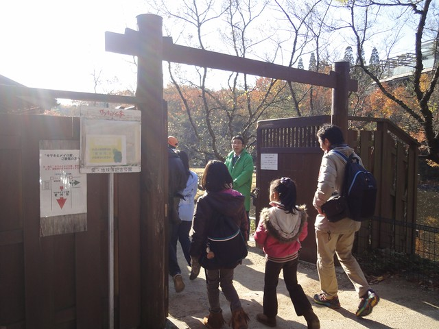 大きな門があり、先程のパスを提示して中に入っていきます。|サツキとメイの家