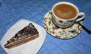 cafe y tarta milhoja de nata y chocolate