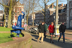 Tweede Marnixplantsoen - Amsterdam (Netherlands) (Meteorry) Tags: blue people sculpture holland art boys students netherlands amsterdam mystery women europe pavement candid kunst centre femme nederland thenetherlands center sneakers trainers bleu baskets february fille paysbas centrum hommes beeld trottoir noordholland 2014 bloemgracht marnixstraat jongens stadsarchief mecs northholland gamins meteorry plimsols étudients manwithviolincase tweedemarnixplantsoen demanmetdevioolkist