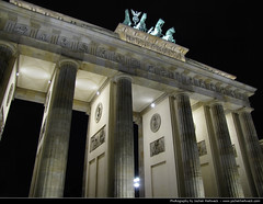 Brandenburger Tor @ Night, Berlin, Germany (JH_1982) Tags: light cold building berlin night germany dark deutschland lights evening noche licht puerta gate war darkness symbol nacht platz linden unter den landmark krieg illuminated carl alemania porte tor brandenburger nuit allemagne brandenburg gebude notte berlim germania beleuchtung lichter friedrich wilhelm berlijn knig prussia berlino pariser berln  gotthard   preussen reunification beleuchtet wiedervereinigung kalter   brandeburgo brandebourg    langhans