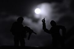 De homem pra Homem (nosrellew) Tags: bonecos boneco brinquedo belo jardim brasil brazil lua soldados nuvem noite brilho pe