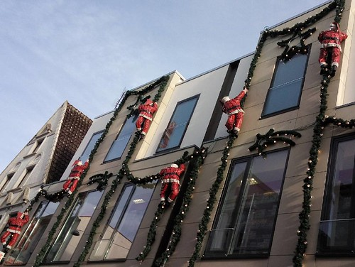 Climbing Santas #city #santa #santaclause #climbing #oldenburg #germany #shopping #season #seasons #christmas #weihnachtsmann #nikolaus #architecture #decoration #event