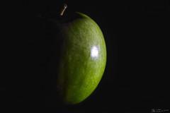 Apfel (nicoheinrich86) Tags: apfel apple frucht obst fruit black schwarz green grn nikon nikcollection dof details dark dunkel deutschland d5300 closeup contrast
