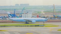 Cathay Pacific : B-HNC Boeing 777-200 (Kan Rattaphol) Tags: cathaypacific cathay boeing b777 b777200 bhnc bkk vtbs suvarnabhumiairport suvarnabhumiinternationalairport airplane aircraft airliner