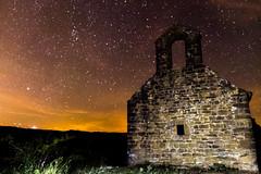 qualsevol nit pot sortir el sol (mr. txutis) Tags: outdoors night nocturna ermita hermitage navarra nafarroa euskalherria nikon tamron estrellas stars