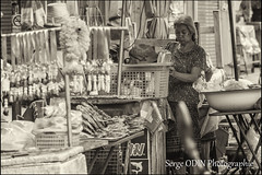 2013-10-TH-Chiang Mai-offrandes et marchs-8-bw-1 (serge odin) Tags: chiangmai march matin thailande offrandes moine scenederue