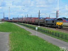 (Rheincargo) Beacon rail DE682 met een kolentrein in Rotterdam. (Jonathan Blokzijl) Tags: waalhaven nederland netherlands nákladnívlak bahn bahnhof canon cargo cargotrain kolen kolentrein zug locomotief holland goederentrein freight freighttrain diesel spoor spoorwegen becon rail beaconrail class class66 de682