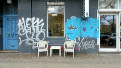 Kleines Postamt (Robert Saucier) Tags: berlin newklln img5641 chaises chairs bleu blue blanc white trottoir sidewalk pavement