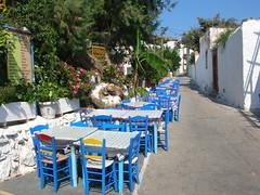 Tavoli in strada - Patmos (Guglielmo Pedrini) Tags: tavoli sedie grecia patmos