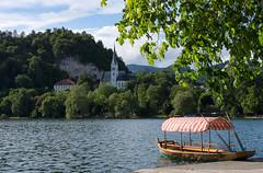St. Martin in Bled - Slowenien (Renate Dodell) Tags: blue lake tree green church boot see boat kirche stmartin slovenia bled rowboat slovenija slowenien grn blau dach baum ruderboot 2013 pletna pltte bledersee pletne dorenawm nex7