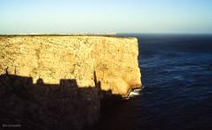 Portugal-Algarve-1988 - Cabo de S. Vicente - Schatten-Nikon F501_Kodak (irisisopen ☼f/8☀︎∑≦light) Tags: film portugal analog reisen nikon meer wasser europa atlantic motive algarve farbe leuchtturm f501 atlantik diafilm