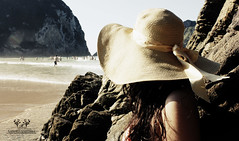 Hat woman (Nathi.Adams) Tags: food woman feet luz beach water girl hat del oso mujer agua women foto chica femme asturias playa sombrero hay montaa contra