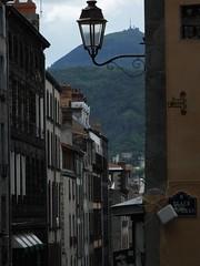 Rue des Gras et Puy de Dme (Antoine Espinoux) Tags: france place des cathdrale gras rue auvergne ancien victoire puydedme clermontferrand historique vieuxclermont