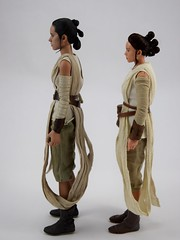 Hot Toys Rey vs DS Elite Premium Rey - Free Standing - Full Right Side View (drj1828) Tags: starwars theforceawakens rey figure actionfigure sideshow hottoys purchase disneystore eliteseries premium posable 10inch 11inch sideshowcollectibles deboxed sidebyside