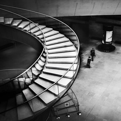 Visite au Louvre (krystinemoessner) Tags: escalier nb sw bw bn monochrome people gens personne muse paris le louvre flickrunitedaward reflectyourworld krystine moessner taek courbes architecture