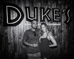 Duke's Barefoot Bar (Oliver Leveritt) Tags: nikond7100 afsdxvrnikkor18200mmf3556gifed oliverleverittphotography hawaii oahu honolulu sb800 flash speedlight abetterbouncecard couple man girl dukes bar grill monochrome blackandwhite woman waikiki waikikibeach