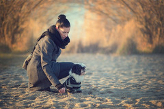 o b A c h t (Freddersen FF®) Tags: fredjust freddersenfffotografie nikond4 nikkor85mm14g availablelight sun winter cold women woman dog doggy nature natures allnaturesparadise sand saxony germany markkleeberg cospudenersee hair black chizu animal brutus fell