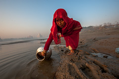 MYI_6200 (yaman ibrahim) Tags: india agra nikon d3 tajmahal yamuna morning water saree mis misty