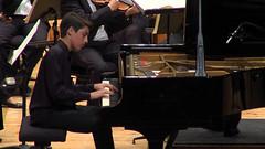 Philip Rudenko tocando el piano con la Real Filharmonía Galicia