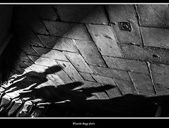 all'angolo della calle (magicoda) Tags: italia italy magicoda foto fotografia venezia venice veneto biancoenero blackandwhite bw bn persone people blackwhitephotos maggidavide davidemaggi voyeur white curioso see vedere candid upskirt streetphotografy street turiste turista tourist turisti turists donna woman vpl seethru perizoma thong panty panties nero black wife shadow piedi feet barefoot sandal water sea controluce backlight sole sun gonna vento wind skirt ombra ombre patterns coppia couple 2016 mano hand fuji fujifilm x100 x100t