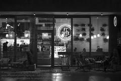 Wroclaw/Breslau (Agentur snapshot-photography) Tags: polen poland breslau europa europischekulturhauptstadt2016 wroclaw niederschlesien schlesien abend abendlich abends evening abendlicht abenddmmerung dmmerungsaufnahme dmmerung aussenaufnahme 011600 aussen aussenansicht bauwerke platz places marktpkatz sehenswrdigkeiten sights sightseeing effekt schwarzweiss blackwhite bw sw gastronomie bar caf kneipe restaurant landschaft landscape landschaften landschaftsaufnahme stadtlandschaft stadt stdte stadtansichten urbanlandscape nachtaufnahme 011400 nacht nachts night nachtleben nightlife personen bevlkerung tourismus tourism dolnoslaskie pol