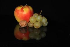 Fruit of the season - Frutta di stagione (mariagraziaschiapparelli) Tags: stilllife uva frutta mela noce naturamorta allegrisinasceosidiventa