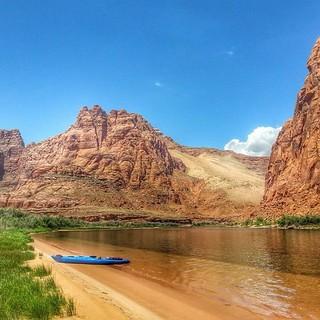 Echo peak. Glen canyon. Photo by Nate yazzie #kayak #coloradoriver #riverbeach