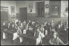 Anglų lietuvių žodynas. Žodis school year reiškia mokslo metai lietuviškai.
