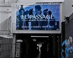 le passage (serial n N6MAA10816) Tags: desaturation bleu blue noir black blanc white rue street