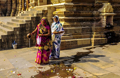 Mi ofrenda (Nebelkuss) Tags: india khajuraho festivaldedurga durgafestival durga hinduism hindi hinduismo ofrendas offerings colores colours instantes instant instantsthieve ladrondemomentos momentos moment elzoohumano thehumanzoo fujixt1 fujinonxf23f14