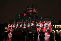 Rendez - vous Bundesplatz - Lichtspiel Tutti Fratelli - 150 Jahre Schweizerisches Rotes Kreuz SRK - am Bundeshaus in der Altstadt - Stadt Bern im Kanton Bern der Schweiz (chrchr_75) Tags: albumzzz201611november christoph hurni chriguhurni chrchr75 chriguhurnibluemailch november 2016 schweiz suisse switzerland svizzera suissa swiss sveitsi sviss  zwitserland sveits szwajcaria sua suiza schweizerische eidgenossenschaft stadt city ville kanton altstadt bern brn berne berna bundeshaus palais fdral palazzo federale gebude building archidektur parlamentsgebude regierungsgebude regierung parlament sandstein curia confoederationis helveticae confoederatio helvetica helvetia hauptstadt capitol chrchr chrigu