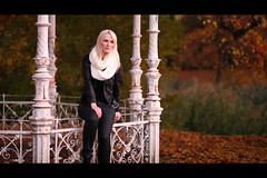 * (Henrik ohne d) Tags: eos5dmk2 ef85mmf18 november2015 portrait marie marienkfer fall autumn leaves colours gazebo park tree