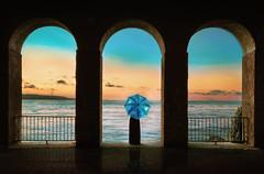 """""""Viviamo tutti sotto lo stesso cielo, ma non tutti abbiamo il medesimo orizzonte"""" (Konrad Adenauer) (Caterina Zito) Tags: sky sunset sea girl umbrella clouds colorful summer atardecer"""