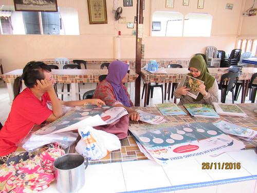 Dr. Nurul showing Flashcards to Mak Su