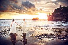 Eines meiner Lieblingshochzeitsbilder :D its an ONDRO classic! Japanisches Brautpaar auf Bali beim Tanah Lot Wassertempel whrend der Ebbe kann man zu Fu zum Tempel laufen und sich von den Mnchen dort Segnen lassen! Fantastische Aussicht inklusive heh (hochzeitsfotograf.stuttgart) Tags: hochzeitsfotograf hochzeitsfotografie hochzeit hochzeitsbilder braut brutigam brautpaar photoshop lightroom fotograf photographer photography wedding weddingphotographer bride groom couple