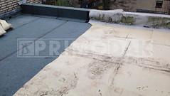Dakdekkers: Plat dak met EPDM in Vleuten met veel lekkages volledig gesloopt en vervangen naar een dubbele laag bitumen dakbedekking. Oude EPDM dakbedekking rechts en nieuw aangebrachte bitumen links
