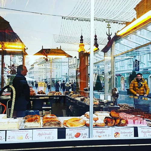 #klagenfurt #austria #madeinaustria #window #shop #bakery #winter #november #sweets #instamoment #instagood #instatravem #travel #travelgram #instadaily #photooftheday #widenyourworld #reflection #street #passionpassport #ownthemap