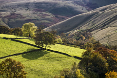 Autumn in the hills near Hayfield (Keartona) Tags: autumn landscape hayfield peakdistrict derbyshire england english beautiful october hills countryside hillside trees fields slopes