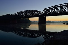 Alba sul Po (mttdlp) Tags: water river po padus ponte riflessi reflection rail bridge piacenza alba sunrise d3200 nikon fiume