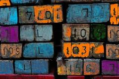 Numerologie (Roel Wijnants) Tags: roelwijnants roelwijnantsfotografie roel1943 balken dragen bescherming stapel nummers kleuren numerologie tekst teksten