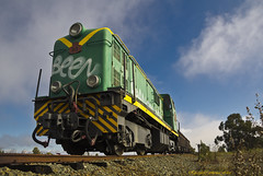 la locomotora  -  the locomotive (ricardocarmonafdez) Tags: trenes trains locomotora locomotive cielo sky blue azul verde green color maquina machine luz light perspectiva perspective canon ricardocarmonafdez 60d ricardojcf