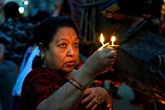 Puja devant le char de Rato Matsyendranath (Bertrand de Camaret) Tags: patan nepal asie asia puja priere flamme candle bertranddecamaret ratomatsyendranath femme woman ngc nationalgeographic devotion lumiere