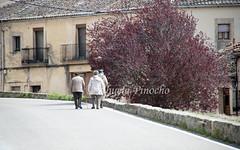SEPULVEDA (SEGOVIA-SPAIN) (ABUELA PINOCHO ) Tags: espaa spain candid pueblo paisaje segovia tres mujeres sepulveda paseando robado castillayleon