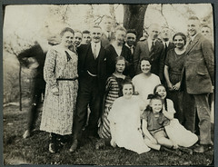 "Archiv Chr148 In ""Langenberg"", 1920er (Hans-Michael Tappen) Tags: archivhansmichaeltappen zpfe frisur kleidung outfit outdoor gruppenfoto anzug uhrkette krawatte schuhe 1920s 1920er"