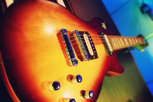 Music Love!! #karthikclickography #streetphotography #mumbaistreet #guitar #retromodel