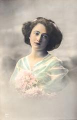 Ein Model 1910, leicht kolorierte Photografie (zimmermann8821) Tags: atelierfotografie deutscheskaiserreich fotografie fotografiekoloriert mannequin person postkarte vorführdame blumen haarschleife frisur kleid model porträt