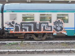 034 (en-ri) Tags: ior crew ieio nero bianco arancione bici biciletta train genova zena graffiti writing faccia face viso volto